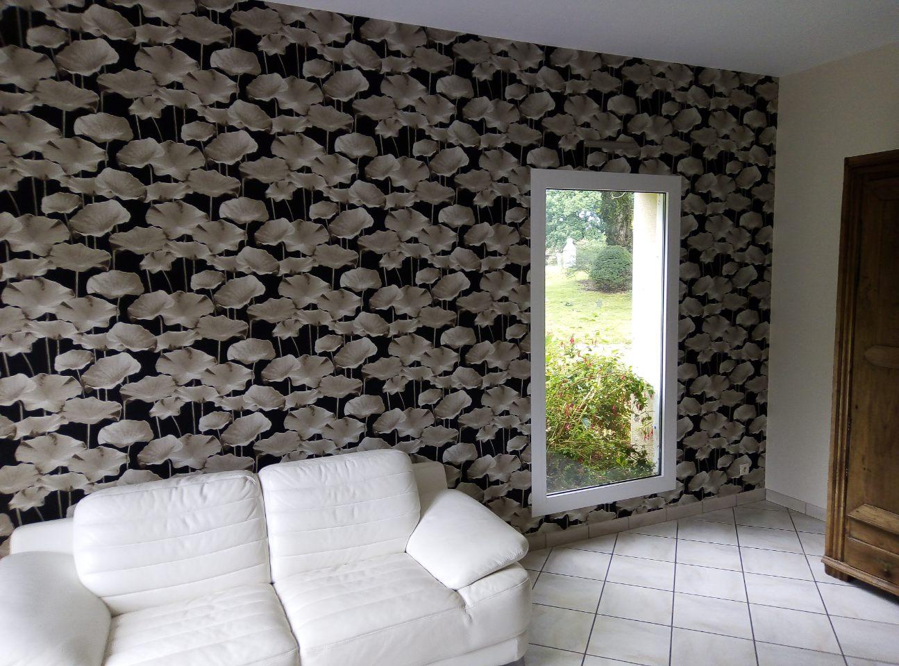 séjour Quintin 22 déco peinture papier peint feuilles de lotus sur fond noir