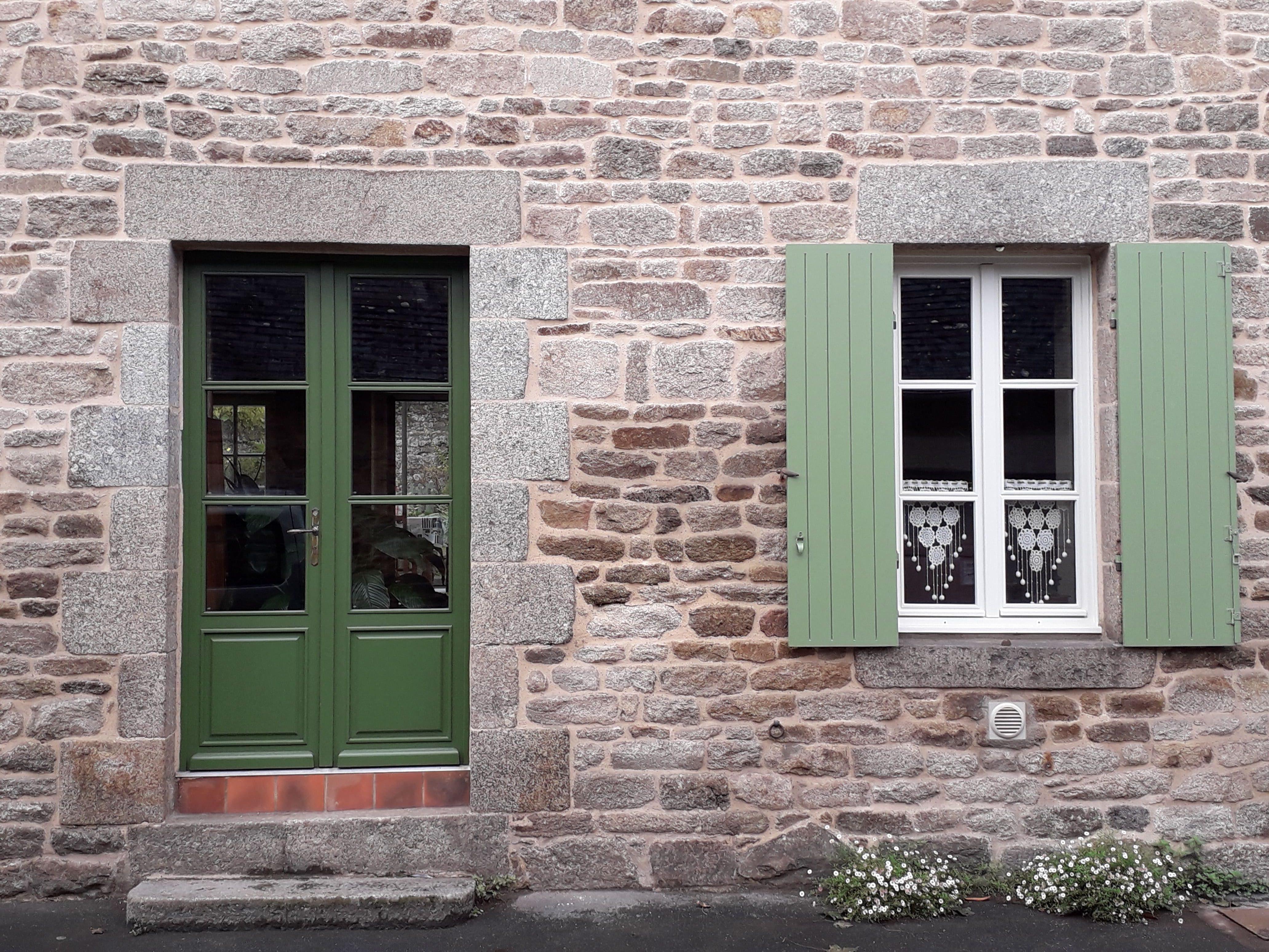 fenêtres et volets verts APRES, Quintin, déco peinture