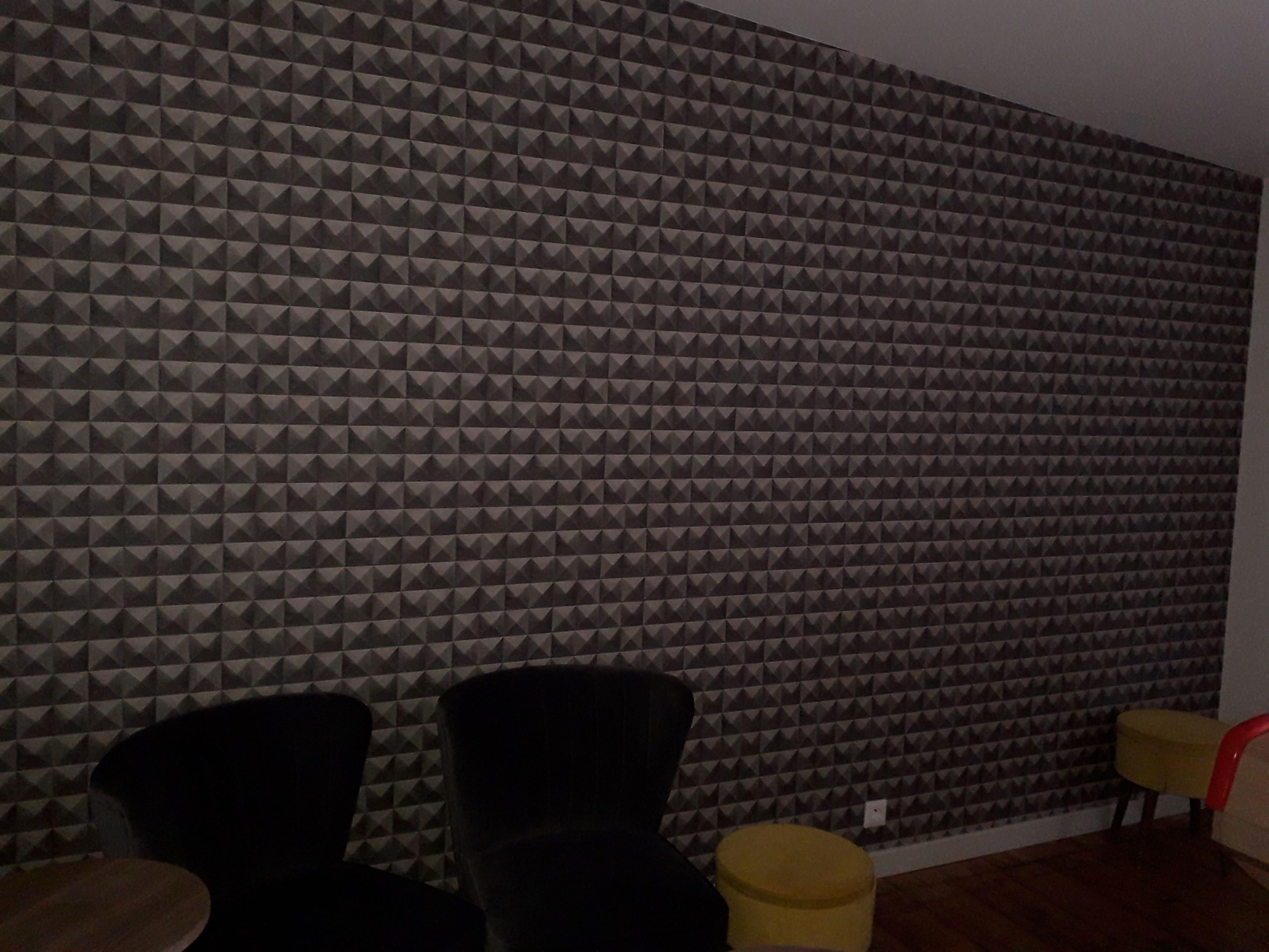 décoration bar le Petit Trou Quintin 22 déco peinture, mur en papier peint gris effet géométrique