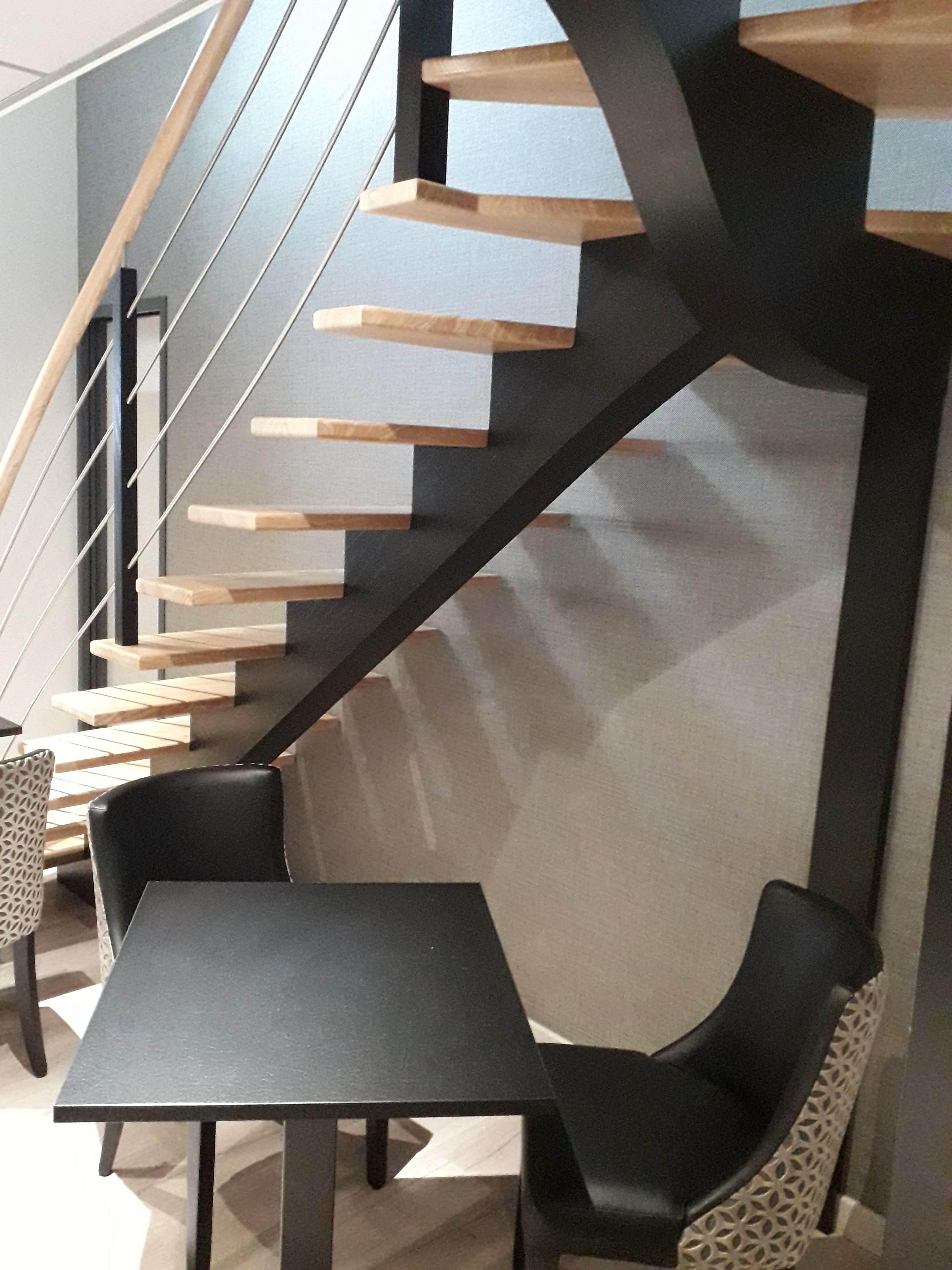 decoration bar le Petit Trou Quintin 22, papier peint gris chamaré noir argenté dans cage d escalier